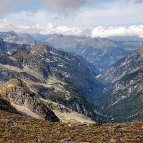 Berge im Nationalpark Hohe Tauern. Zahlreiche 3.000er bei Aussicht auf Ankogel Gruppe und Blick Richtung Salzburg in Österreich.