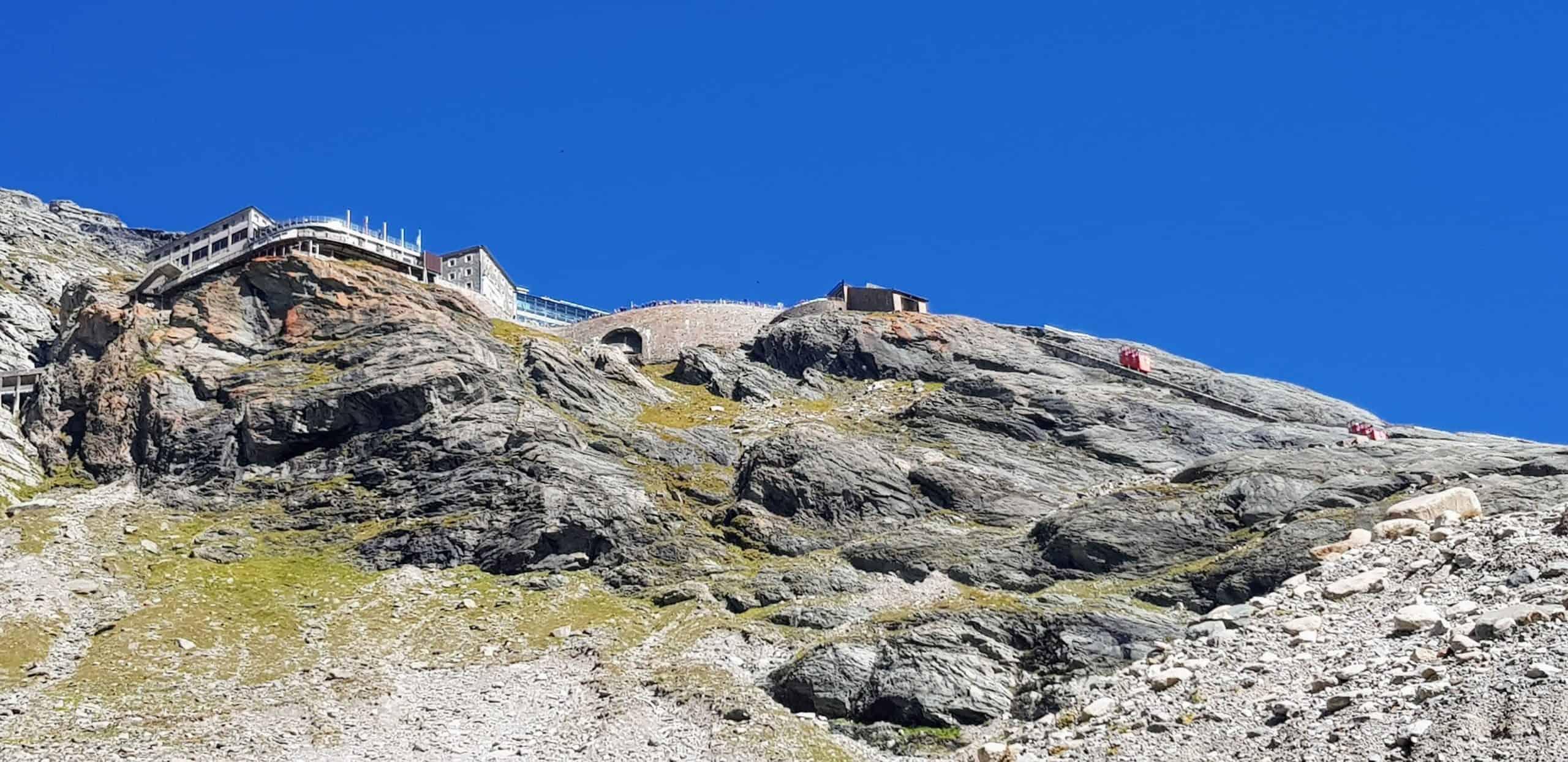 Blick von Pasterze auf Kaiser Franz Josefs Höhe mit Besucherzentrum, Parkhaus und Gletscherbahn. Roadtrip und Sehenswürdigkeit in Österreich.