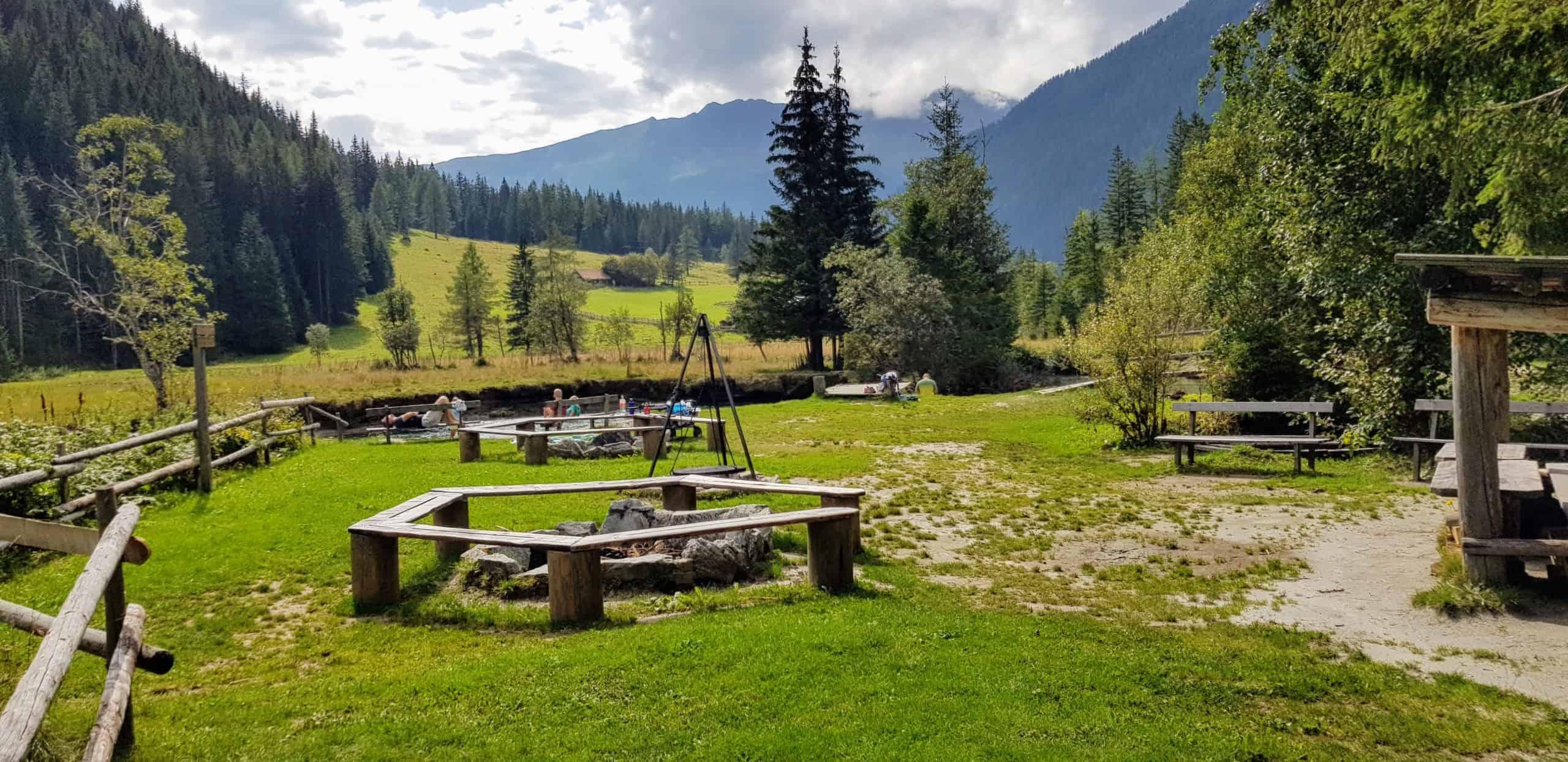 Erlebnisspielplatz mit Seebach, Feuerstellen und Spielgeräten in Mallnitz - Freizeitzentrum & Naturspielplatz für Kinder bei Ankogel Talstation in Kärnten.