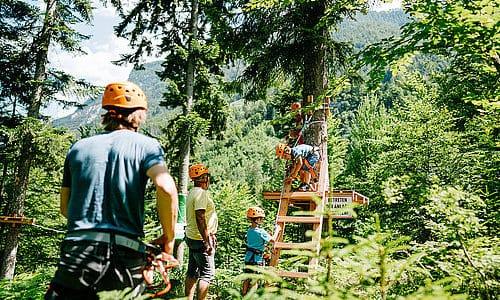 Familie im Klettergarten bei Wildensteiner Wasserfall in Gallizien. Tipp für Kärnten mit Kindern in der Urlaubsregion Klopeinersee in Österreich.