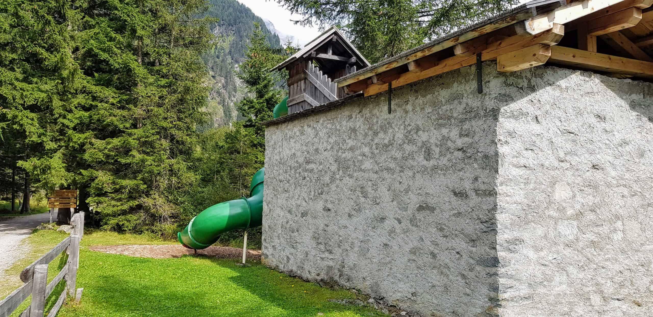 Start Wanderweg Seebachtal mit Freizeitzentrum Mallnitz (Erlebnisspielplatz für Kinder). Gebäude mit Rutsche. Ausflugsziele Nationalpark Hohe Tauern Kärnten.