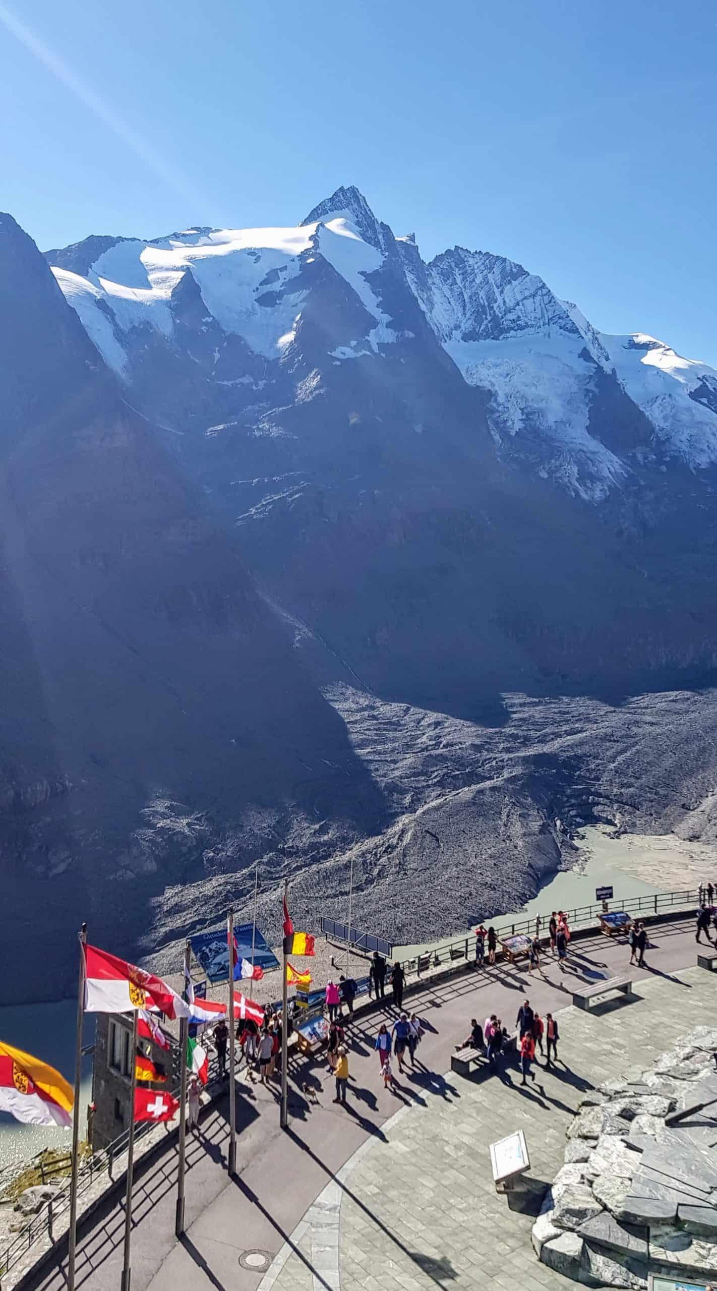 Blick auf Gletschersee & Großglockner bei Besucherzentrum Kaiser Franz Josefs Höhe Nähe Heiligenblut auf Großglockner Hochalpenstraße in Österreich.