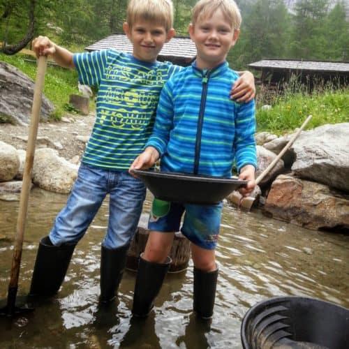 Kinder im Goldgräberdorf Heiligenblut - Ausflugsziel im Nationalpark Hohe Tauern Kärnten - Urlaub mit Kindern in Österreich.