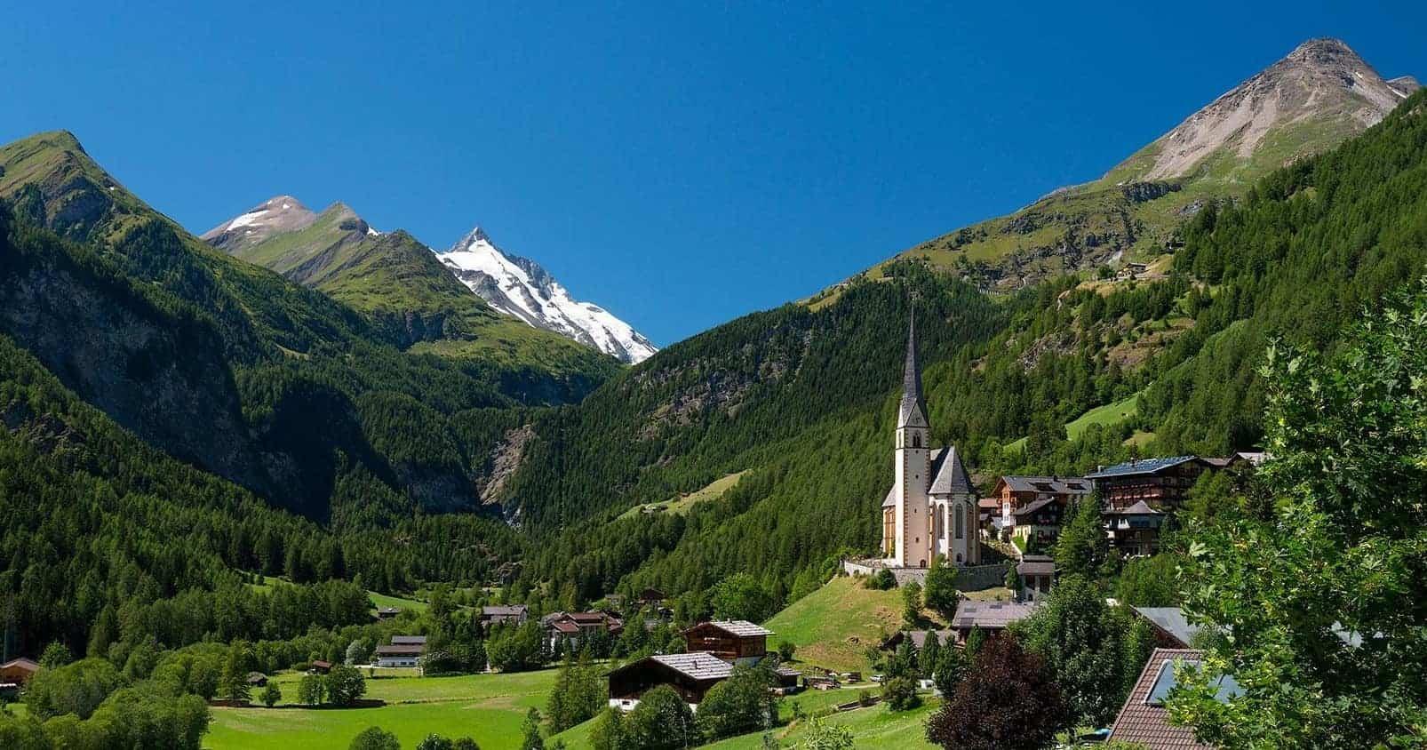 Kirche in Heiligenblut mit Großglockner. Sehenswürdigkeit in Österreich