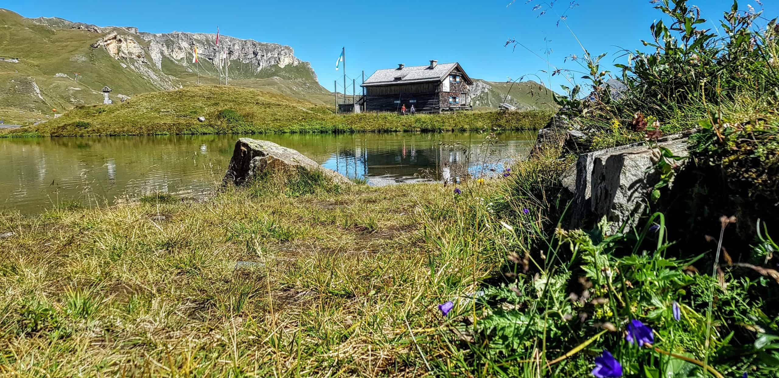 Hütten und Bergseen entlang der Großglockner Hochalpenstraße im Nationalpark Hohe Tauern Kärnten & Salzburg. Sehenswürdigkeiten in Österreich.