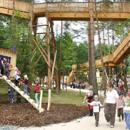 Familie bei Ausflug in Walderlebniswelt Klopeinersee in Kärnten - Spielplatz für Aktivitäten mit Kindern in Österreich