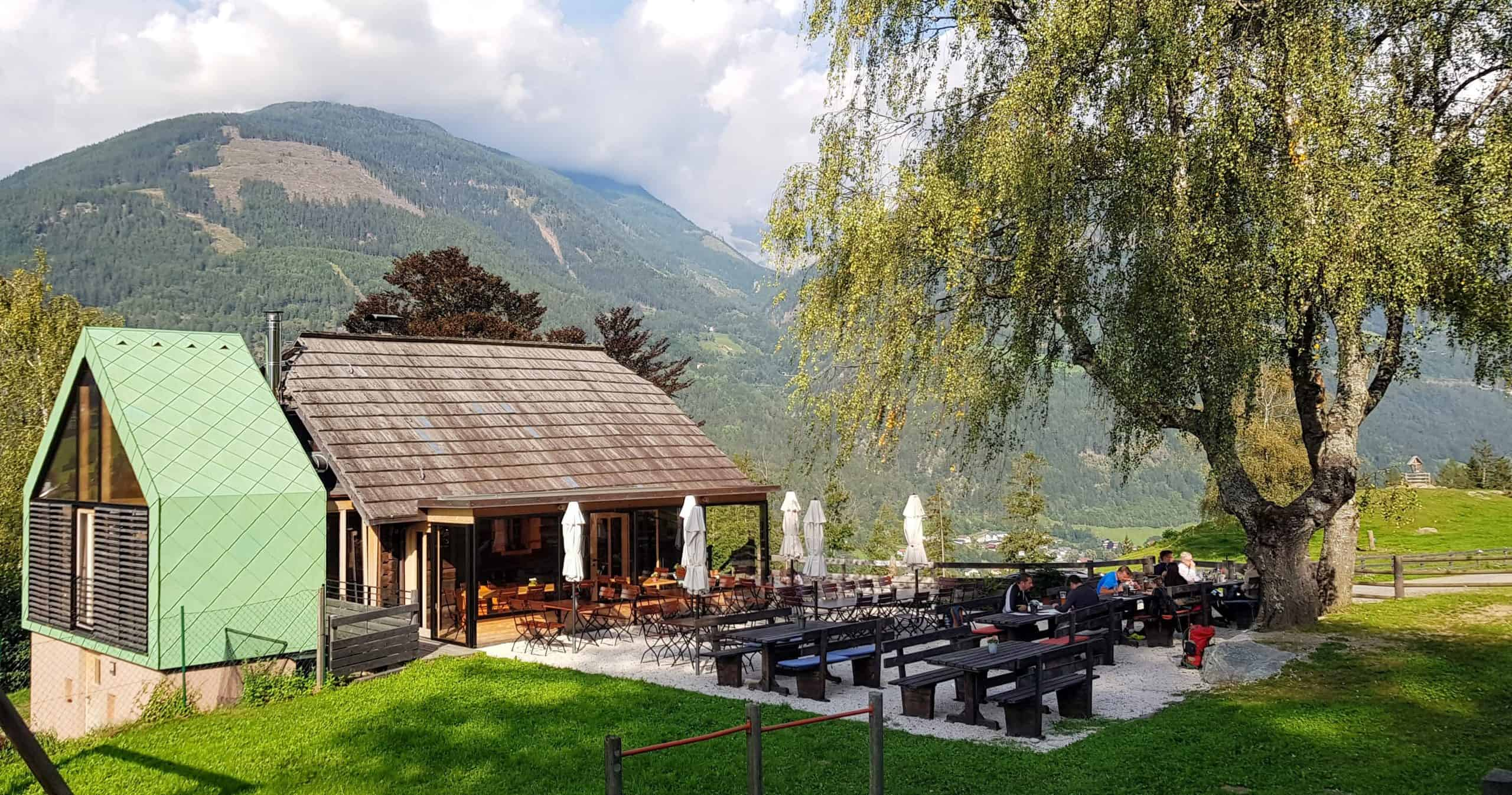 Terrasse der Launsberg Hütte. Slow-Food-Betrieb in Obervellach mit modernem Zubau. Ausflugsziel & Sehenswürdigkeit in Kärnten.