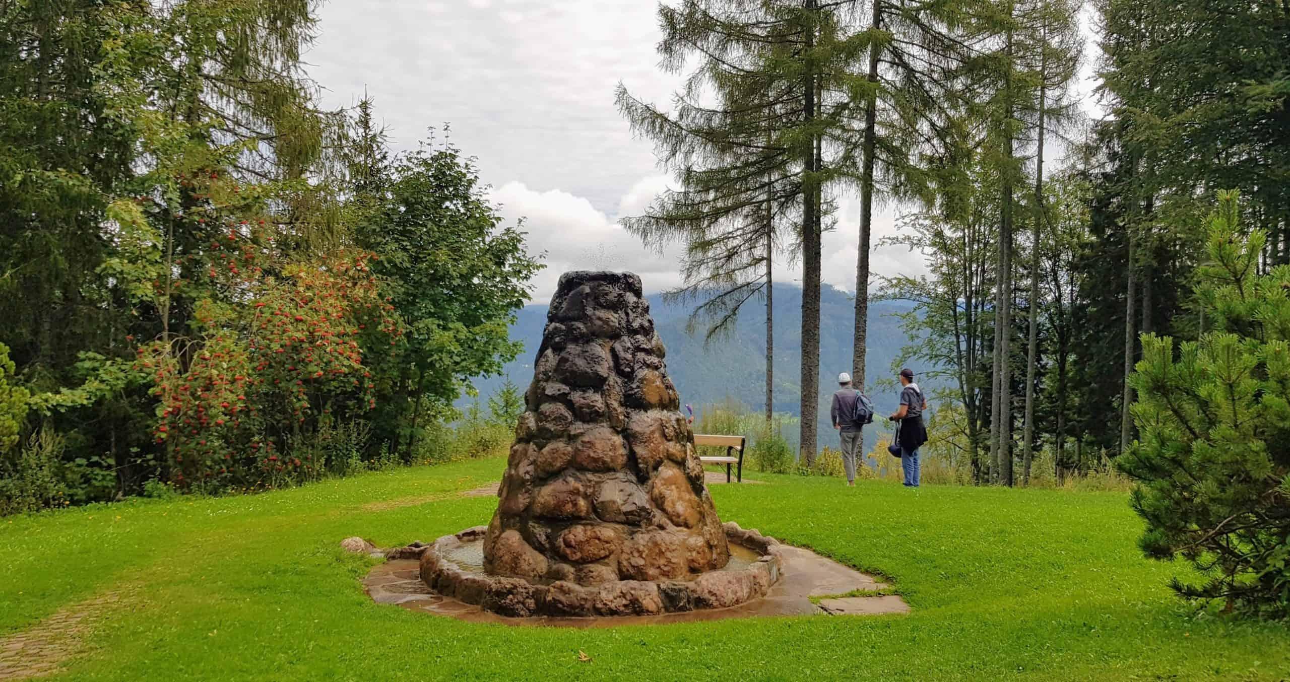 Platz mit Brunnen vor Obir Tropfsteinhöhlen - beliebtes Ausflugsziel in Kärnten, Urlaubsregion Klopeinersee in Österreich