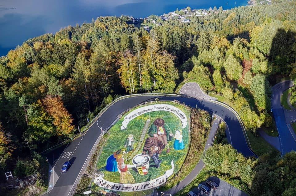 Kunstwerk zur Kärntner Volksabstimmung am Pyramidenkogel und Panoramablick auf Wörthersee - Sehenswürdigkeit in Österreich