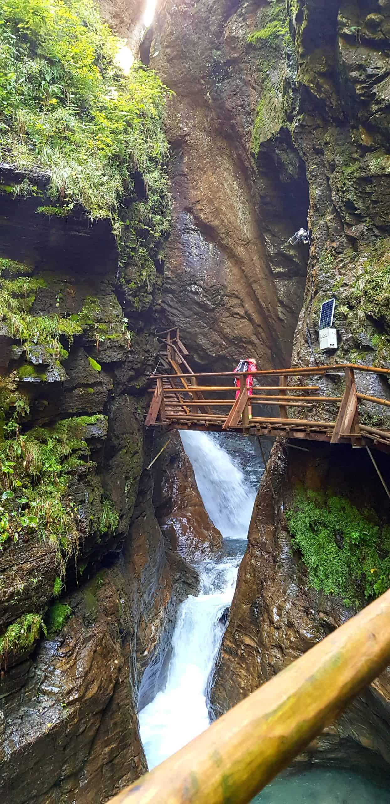 Auf Brücke in der Raggaschlucht. Naturjuwel und Sehenswürdigkeit in Kärnten - Nationalpark Hohe Tauern - bei Österreich-Urlaub.