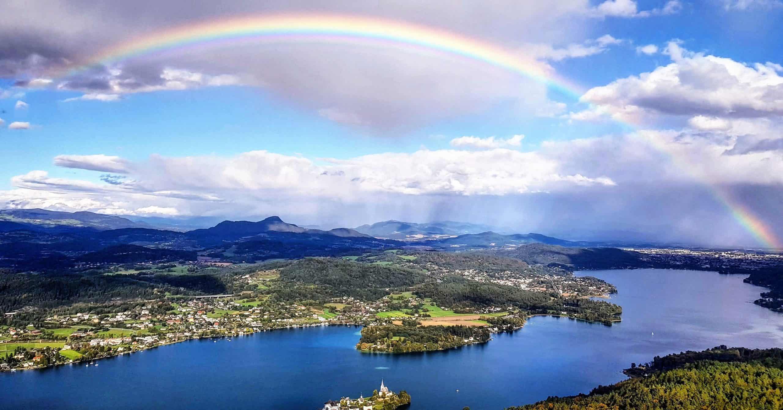 Regenbogen im Herbst bei Ausflug auf Pyramidenkogel. Sehenswürdigkeit in Österreich.