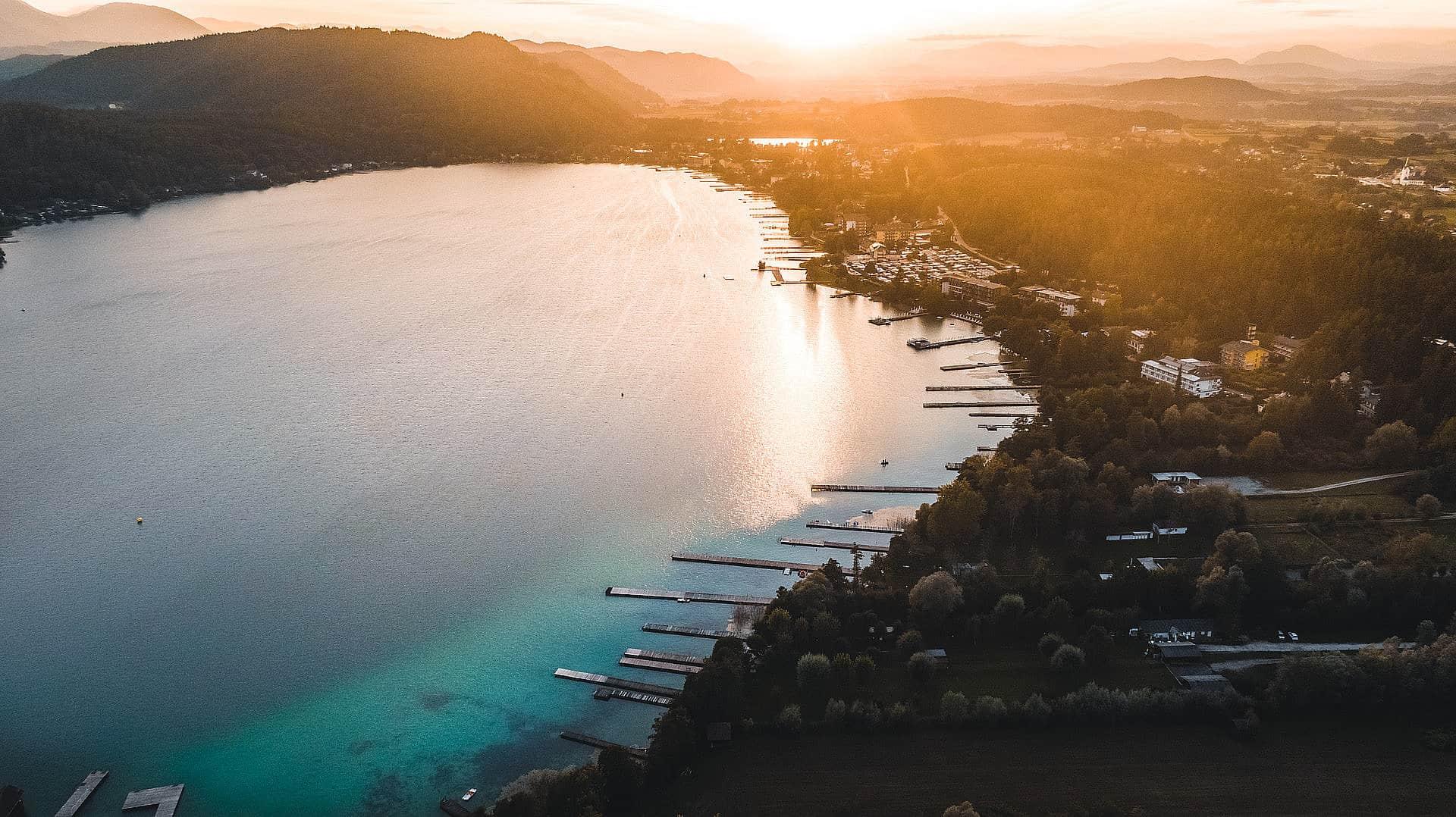 Sonnenuntergang am Klopeinersee in Kärnten. Luftaufnahme mit Orten, den See und der Landschaft bei Urlaub in Österreich.