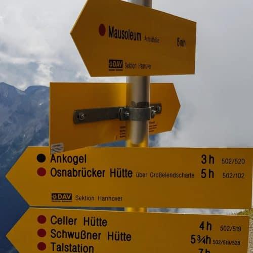 Beschilderung Wanderwege bei Bergstation Ankogel Bergbahn bei Mallnitz im Nationalpark Hohe Tauern in Kärnten - Wandern in Österreich