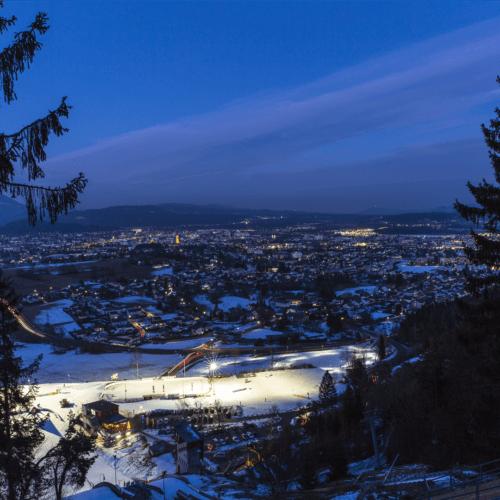 Sehenswürdigkeiten Winter in Kärnten: Villacher Alpenarena Nähe Dobratsch und Villach mit Beleuchtung der Loipen und Skisprunganlage