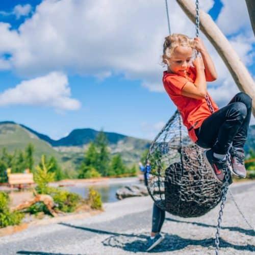 Kind im Aktiv-Park St. Oswald bei Brunnachbahn in Bad Kleinkirchheim. Ausflugsziel für Familien in Kärnten.