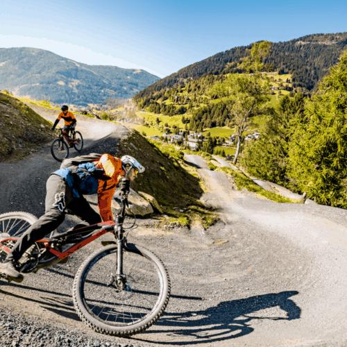 Mountainbiker auf Flow Trail Bad Kleinkirchheim. Sportliche Aktivitäten in Kärnten - Urlaubsland Österreich.