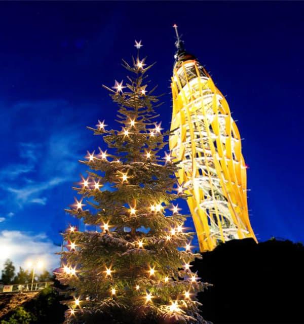 Weihnachtsbaum vor Pyramidenkogel bei Christkindlmarkt rund um den Wörthersee in Kärnten