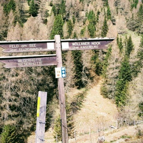 Wandern Feldpannalm im Frühling - Beschilderung Bad Kleinkirchheim und Feld am See mit Hütten