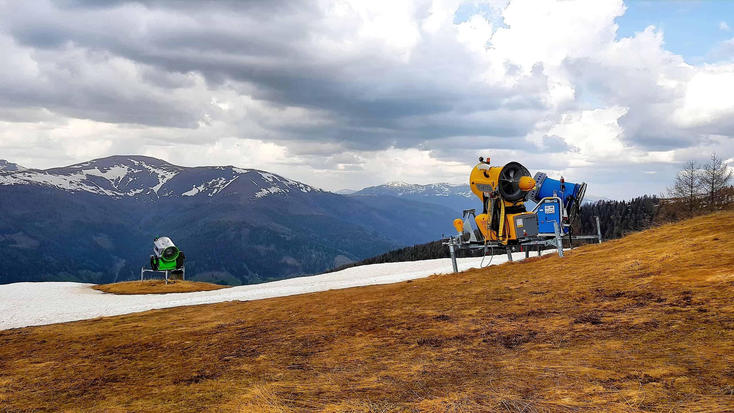 Auf Kaiserburg nach Wintersaison mit Blick auf Nockberge in Kärnten - Österreich