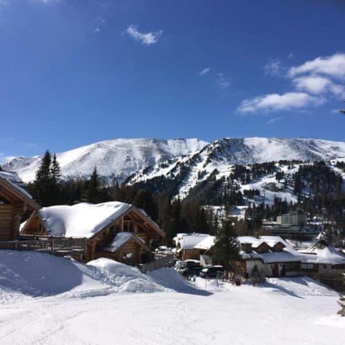 Winterwanderung auf der Turracher Höhe. Gemeinde an der Grenze der Bundesländer Kärnten & Steiermark in Österreich.