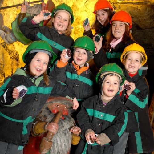 Kinder bei Führung in Schaubergwerk Terra Mystica in Bad Bleiberg - Ausflugsziel Nähe Villach