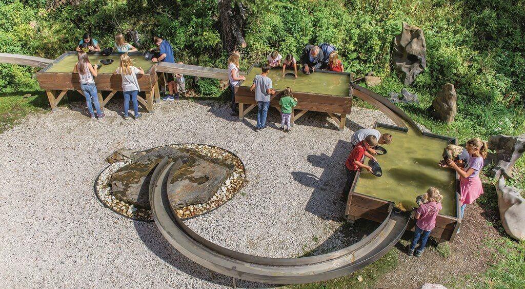 Geöffnet Turracher Höhe Kranzelbinder Edelsteinmuseum - Kinder beim Goldwaschen