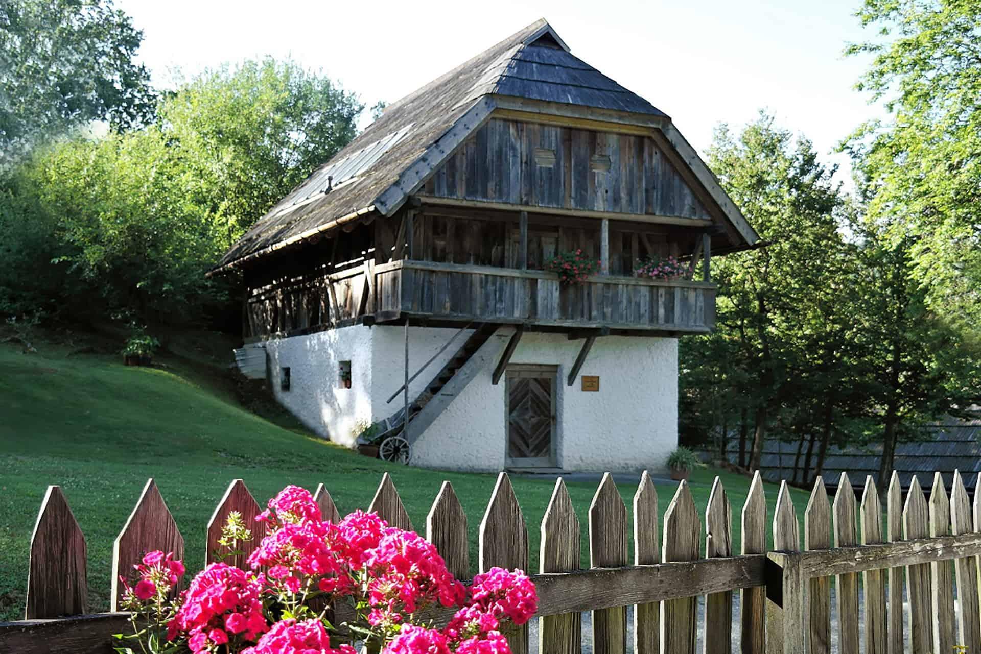 Geöffnetes Kärntner Freilichtmuseum in Maria Saal Nähe Klagenfurt