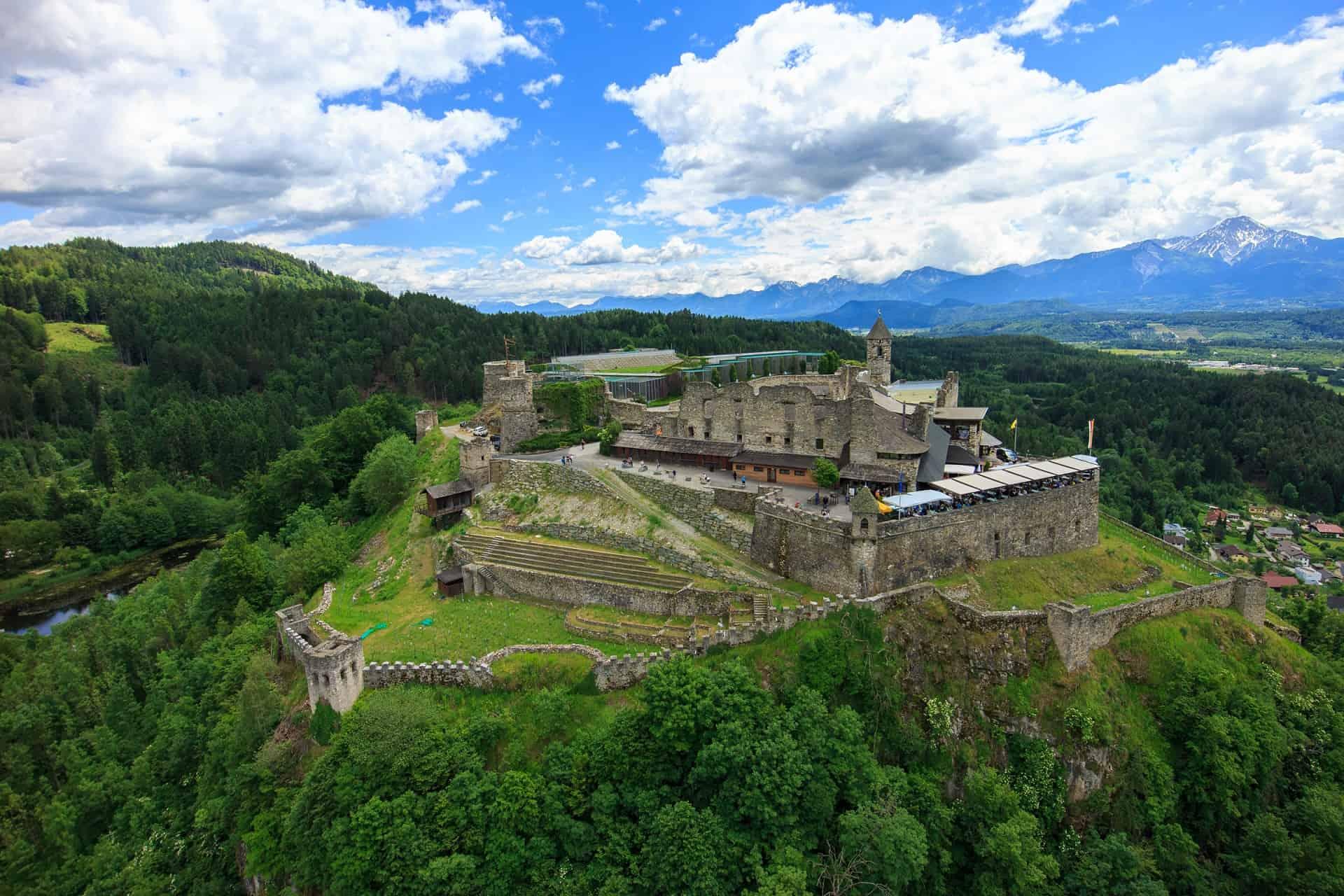 Burg Landskron mit Adlerarena bei Villach in Kärnten - geöffnete Sehenswürdigkeit im Frühling