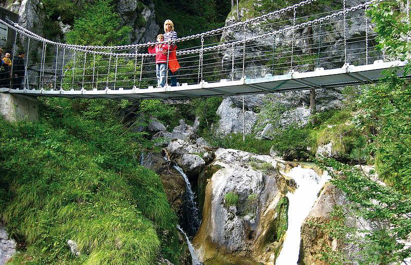 Besucher in der Tscheppaschlucht Ferlach in Kärnten
