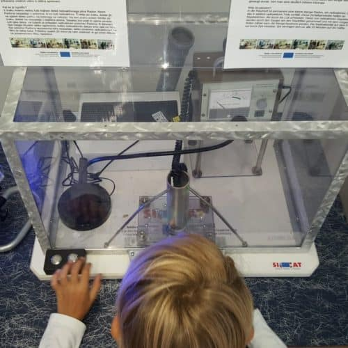 Kind bei Experiment im Expi Science Center - Ausflugsziel im Rosental, Kärnten
