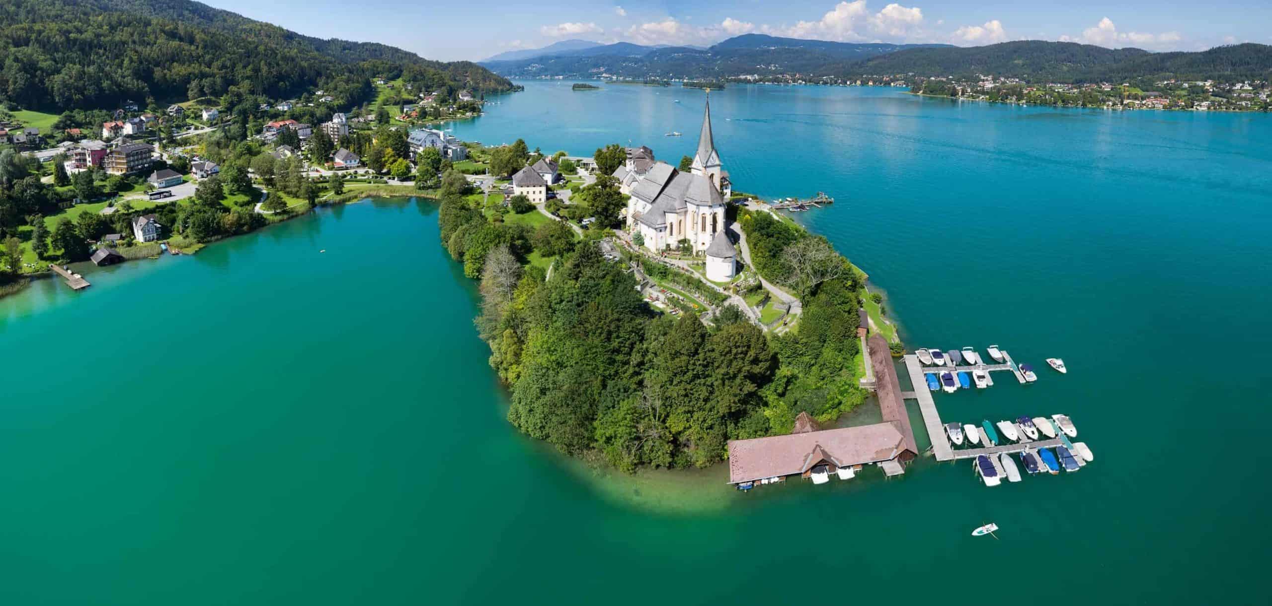 Maria Wörth mit Kirche im Sommer am Wörthersee in Kärnten