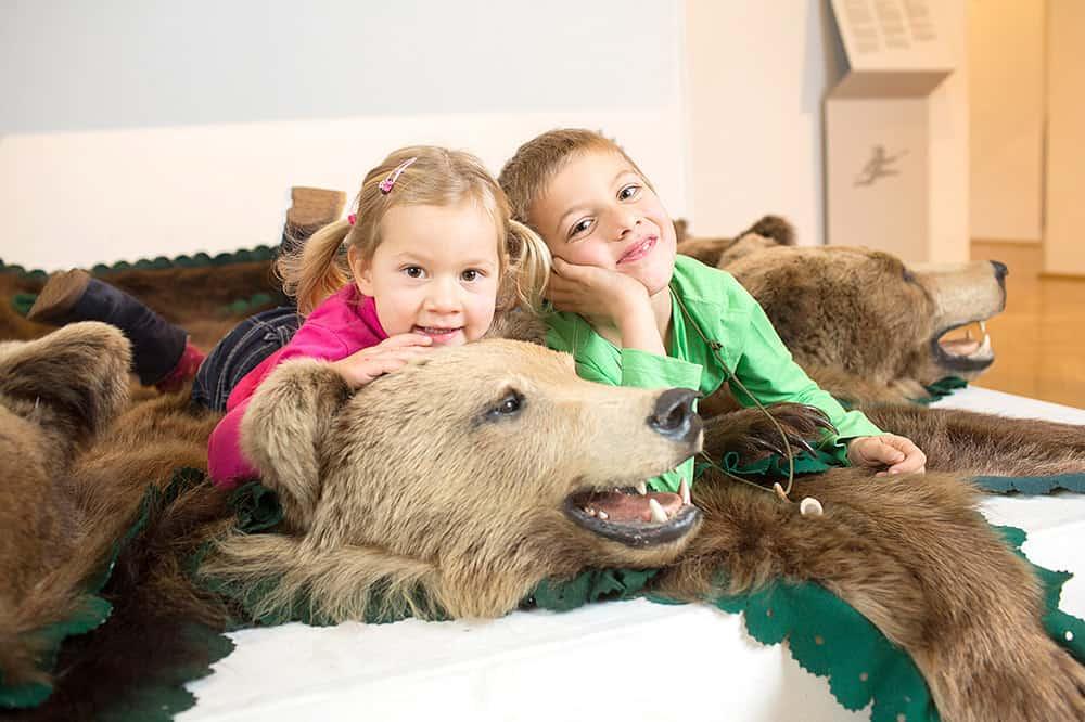 Kinder bei Ausflug im Büchsenmacher- & Jagdmuseum in Ferlach - Urlaubsregion Rosental in Kärnten