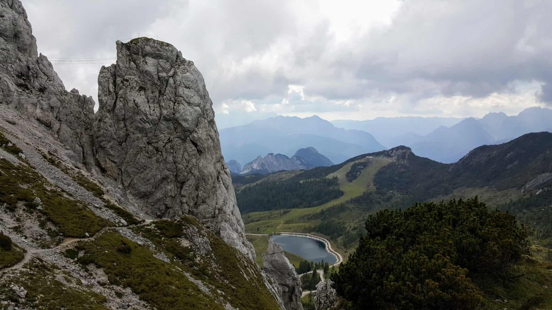 Nassfeld Klettersteig Däumling mit Nepal-Brücke und Blick auf Berge in Kärnten - Klettern in Österreich