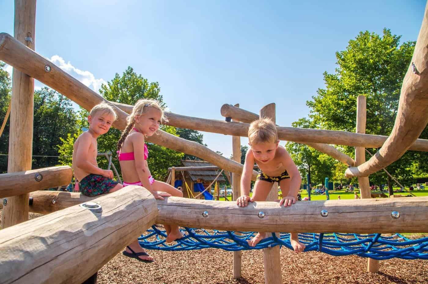 Kinder am Abenteuerspielplatz im Strandbad Rauschelesee Nähe Wörthersee in Kärnten