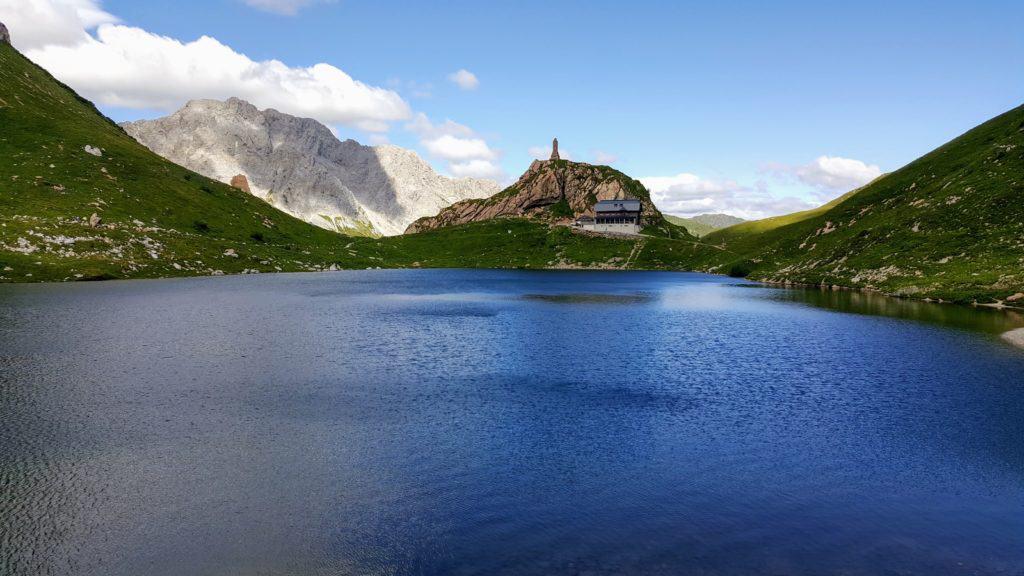 Wolayer See mit Wolayserseehütte in Karnischen Alpen Kärnten