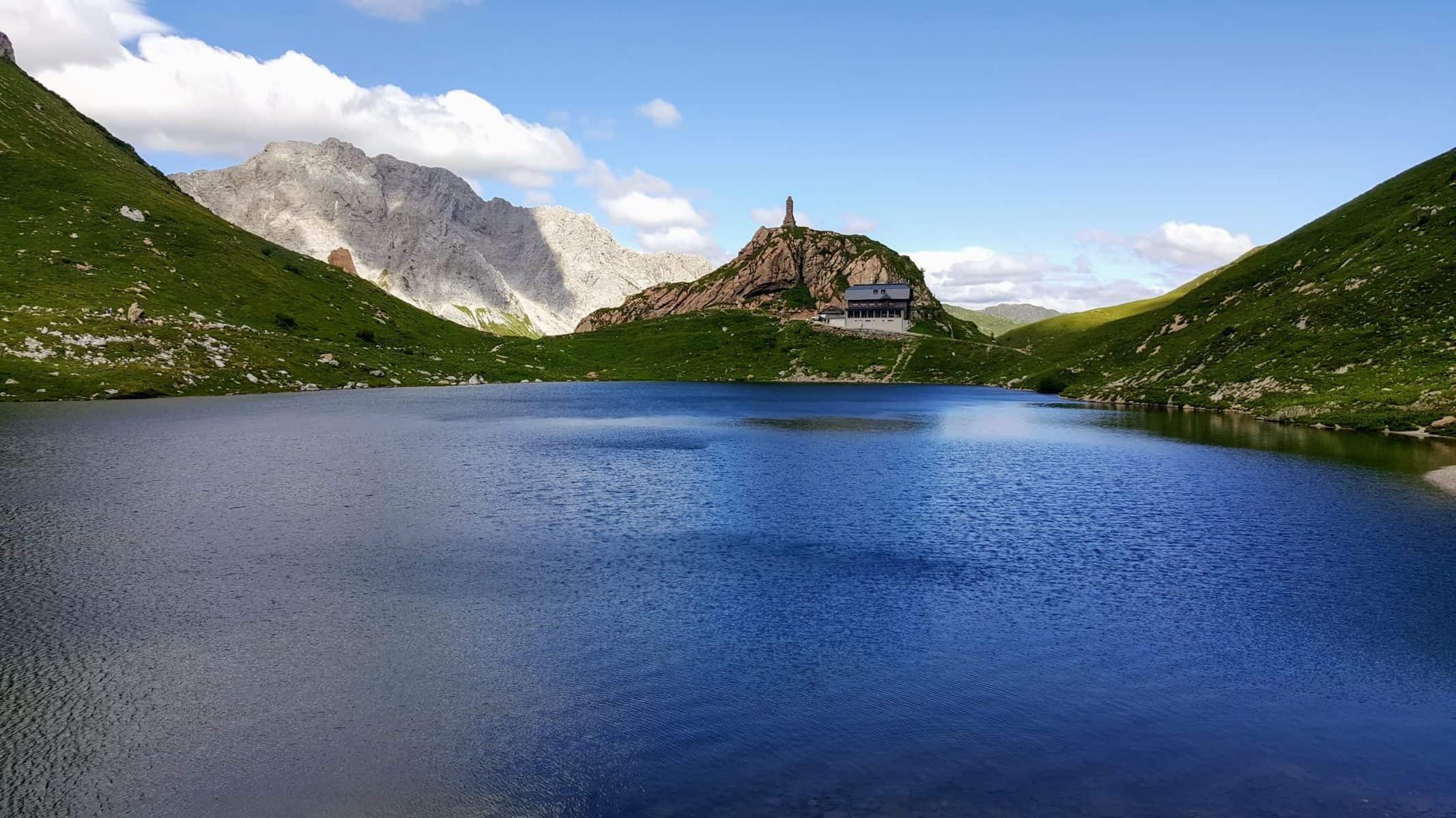 Wolaysersee mit Wolayserseehütte in den Karnischen Alpen - Wandern in Kärnten, Österreich