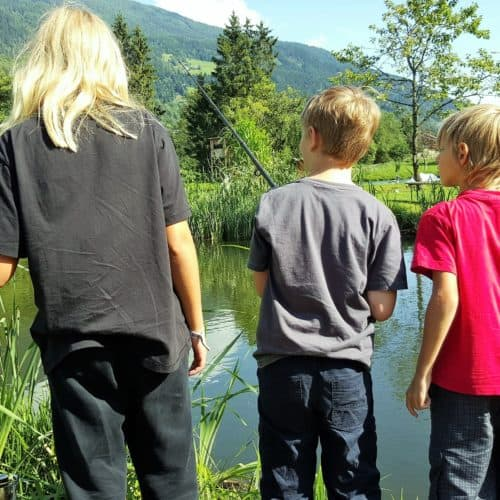 Kinder beim Angeln in Feld am See - Geheimtipp für Familien in Kärnten Nähe Millstätter See