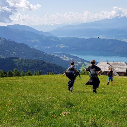 Kinder bei Wanderung in Kärnten mit See, Berg, Hütte und Wiese im Sommer - Tipps für Familienaktivitäten