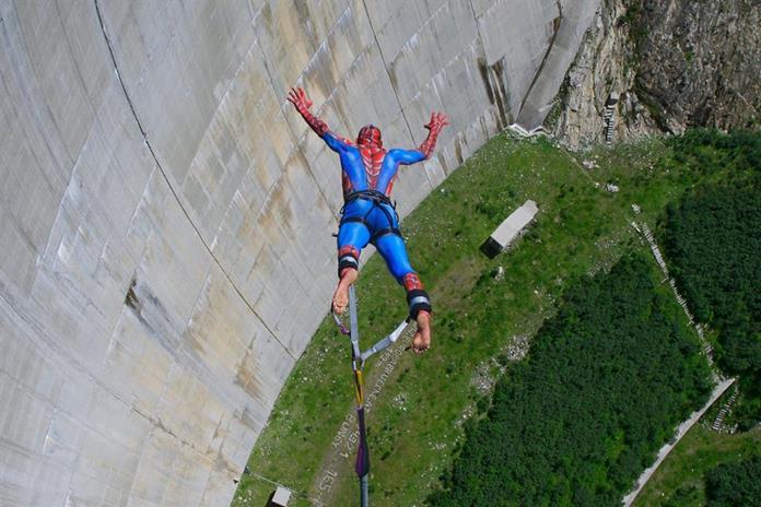 Superman bei Sprung von Kölnbreinsperre - Bungy-Veranstaltung in Kärnten