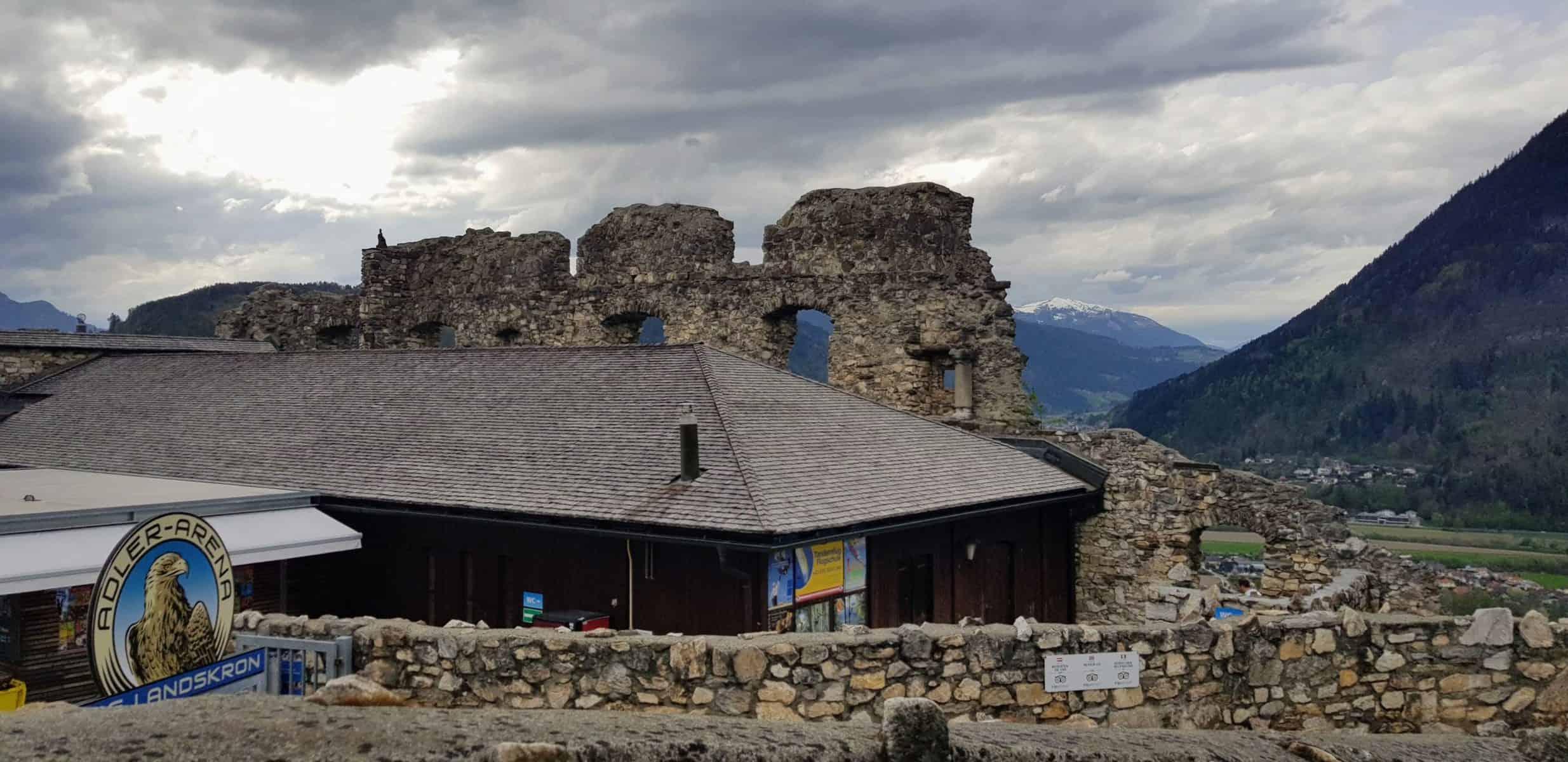 Eingangsbereich Adlerarena auf Burg Landskron. Greifvogelschau & Zoo Nähe Villach und Affenberg in Kärnten