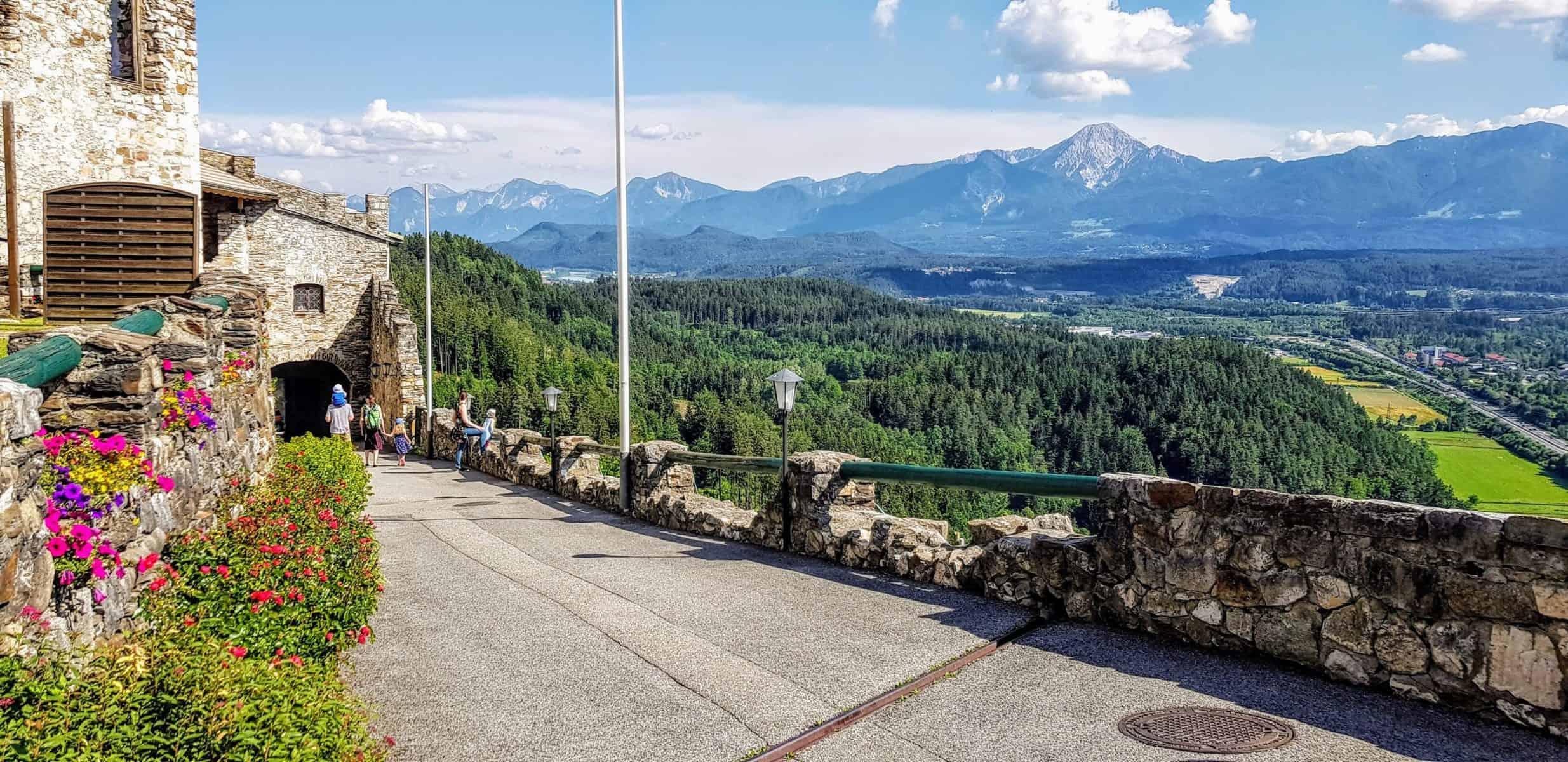 Burgruine Landskron Aussicht auf Kärnten, Karawanken und Mittagskogel - Familienausflugsziel in Österreich