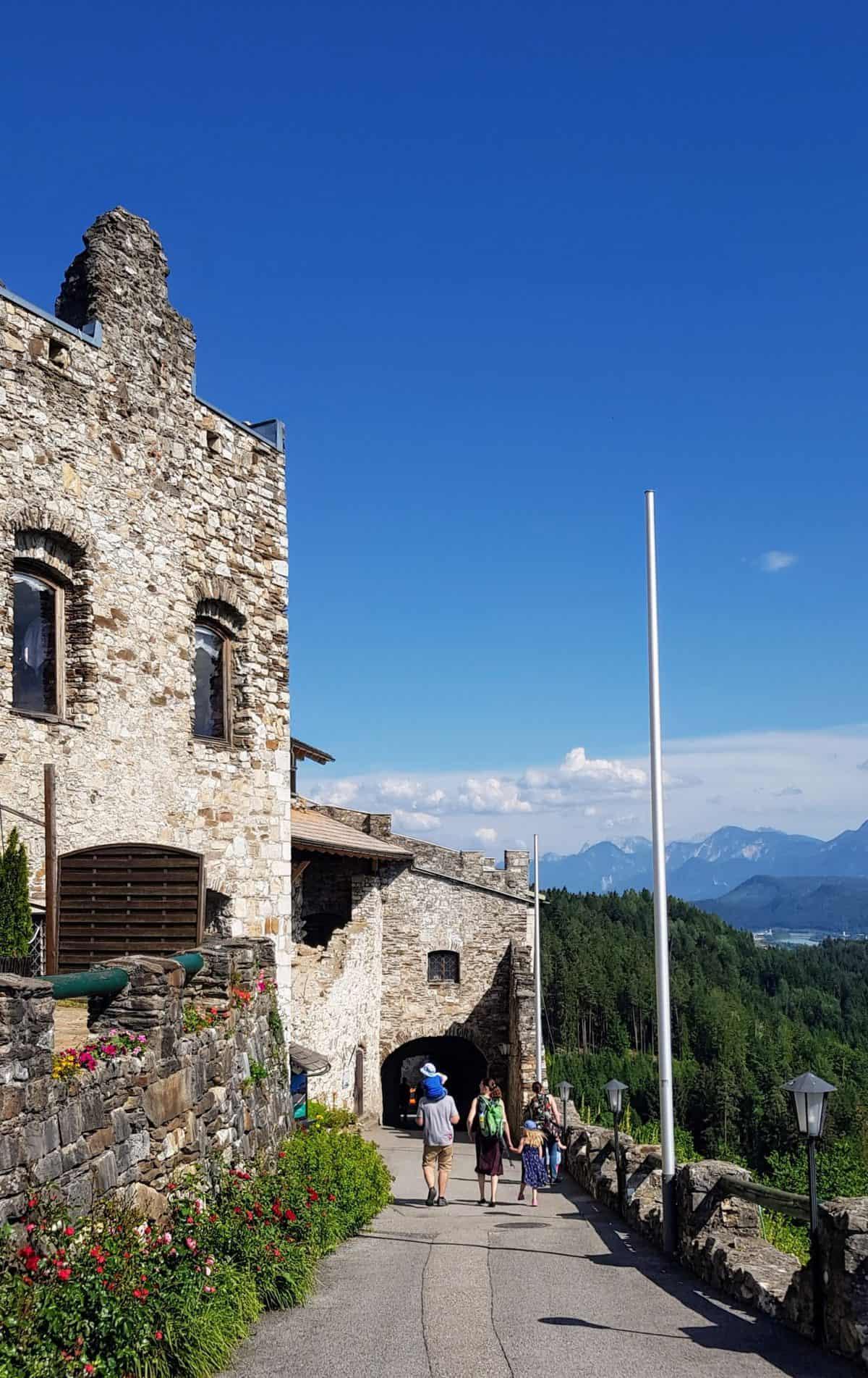 Familie auf Burgruine Landskron bei Besuch der Adlerarena - Sehenswürdigkeit in Kärnten, Österreich