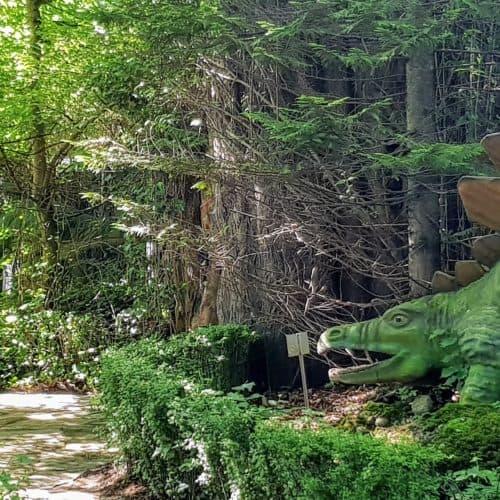lebensgroße Dinosaurier im Dino-Garten Reptilienzoo Happ für Familien in Kärnten