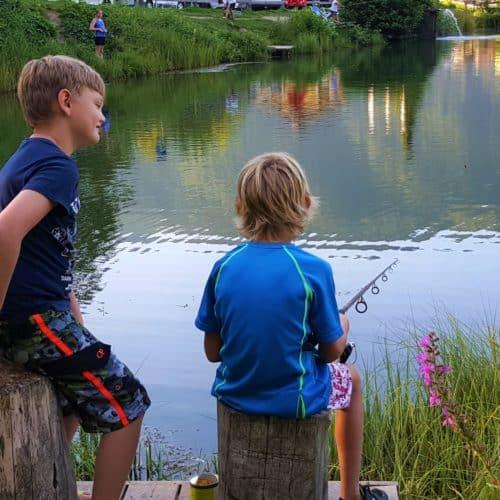 Kinder beim Fischen am Angelteich - Tipp für Freizeitaktivitäten für Familien in Kärnten, Österreich