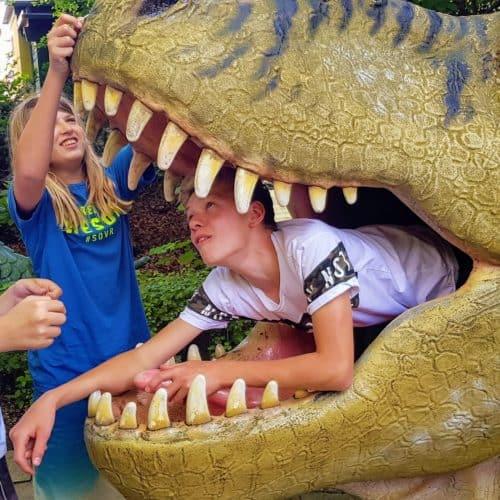 Kinder erkunden Dinos im Dinosauriergarten Reptilienzoo Happ in Klagenfurt am Wörthersee - Familientipp in Kärnten