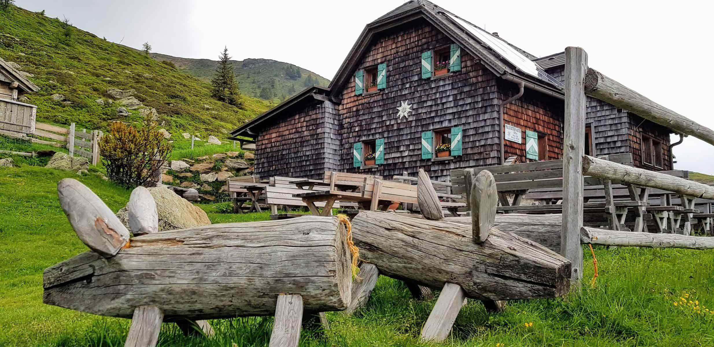 Kinderspielplatz bei Hütte auf der Millstätter Alm bei Familienwanderung auf den Kamplnock