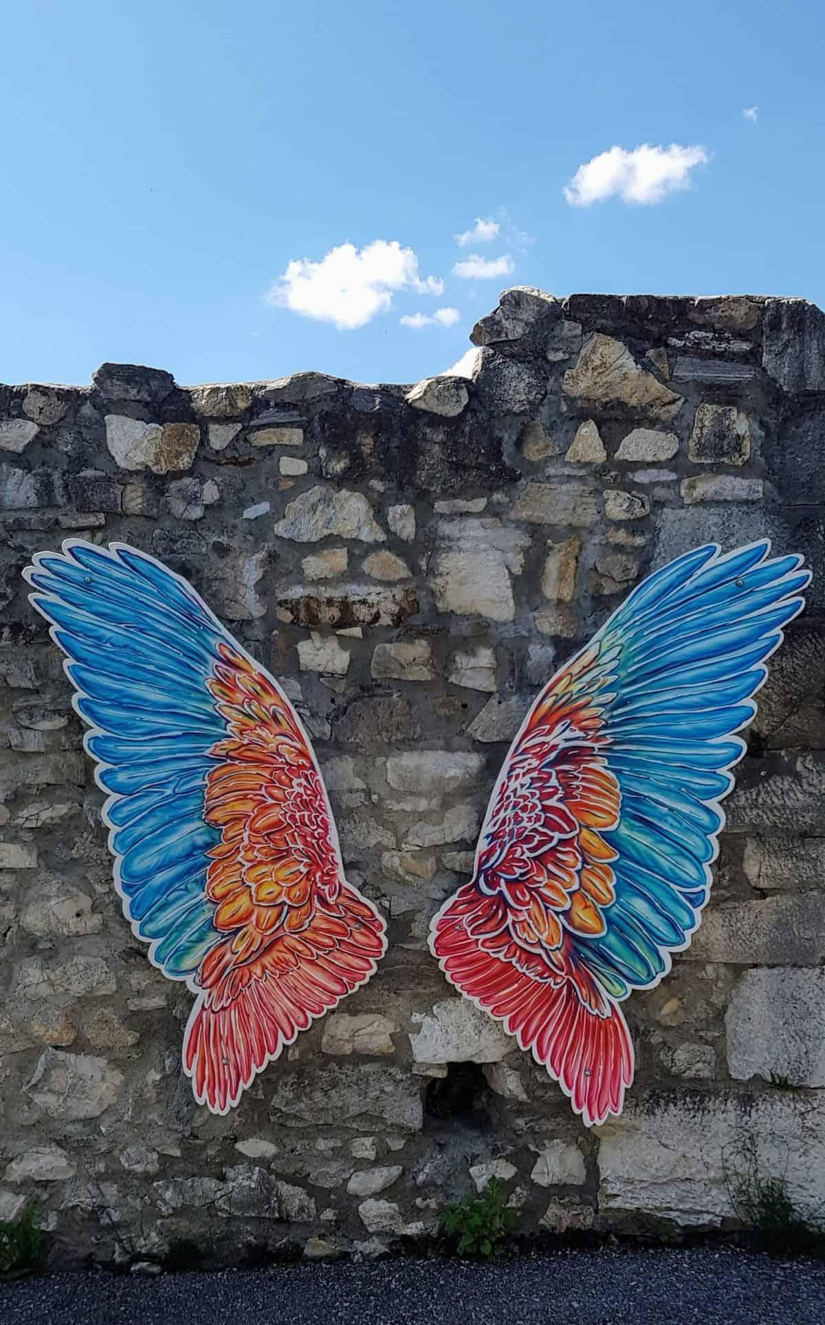 Fotowand mit Flügel auf Steinmauer in Adlerarena auf Burg Landskron in Kärnten