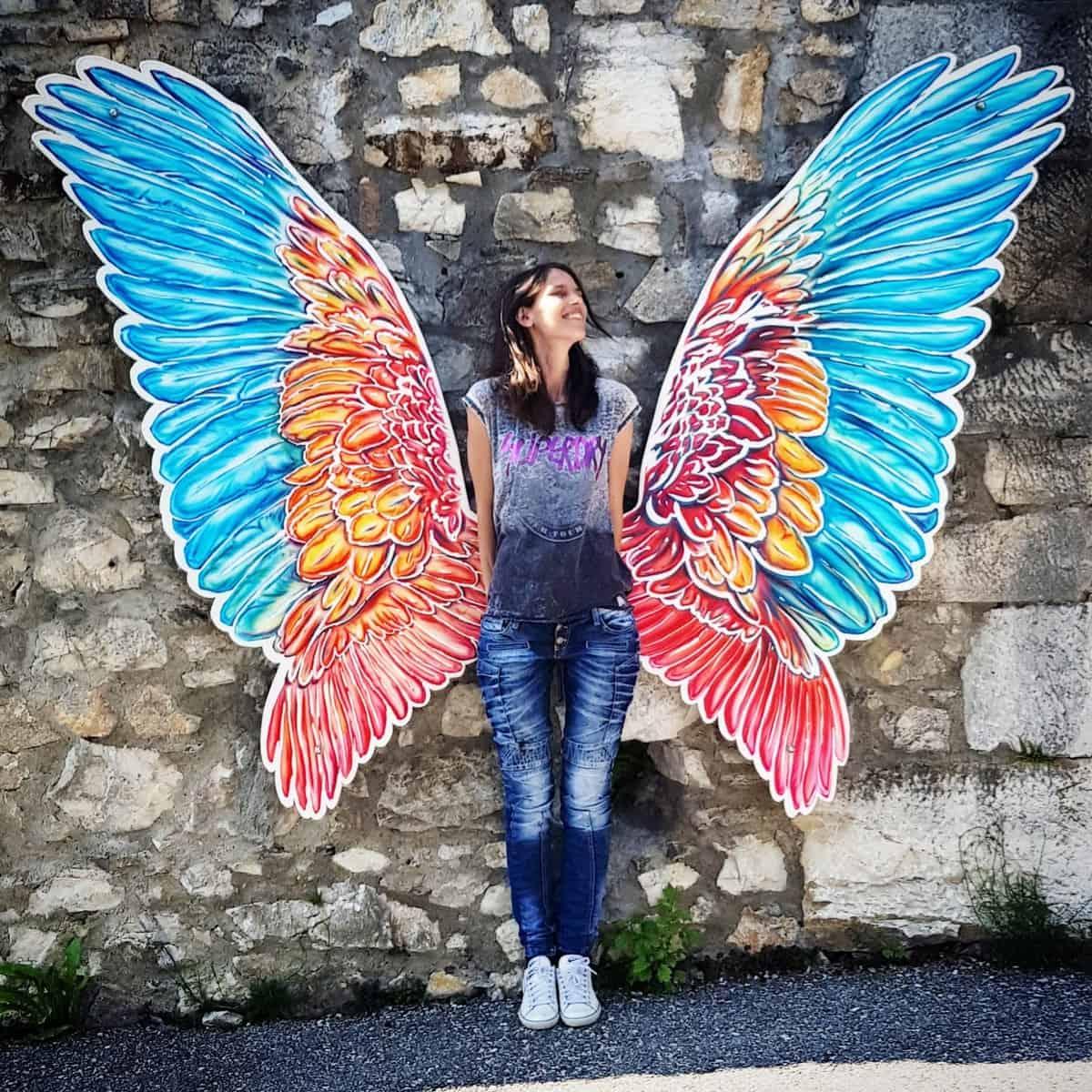 Besucherin Fotowand mit Flügel in Adlerarena Burg Landskron in Kärnten bei Villach