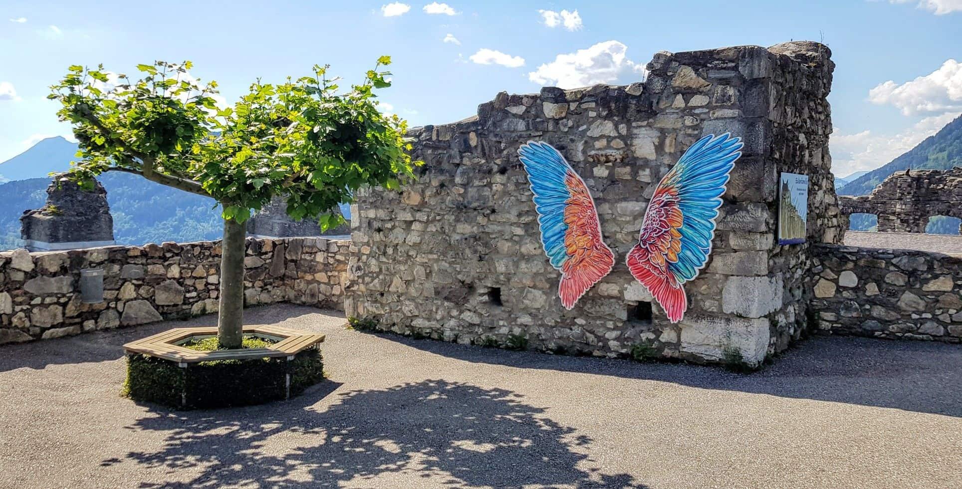Fotowand mit Flügel in Burgruine Landskron bei Villach in Kärnten - Angebot der Adlerarena