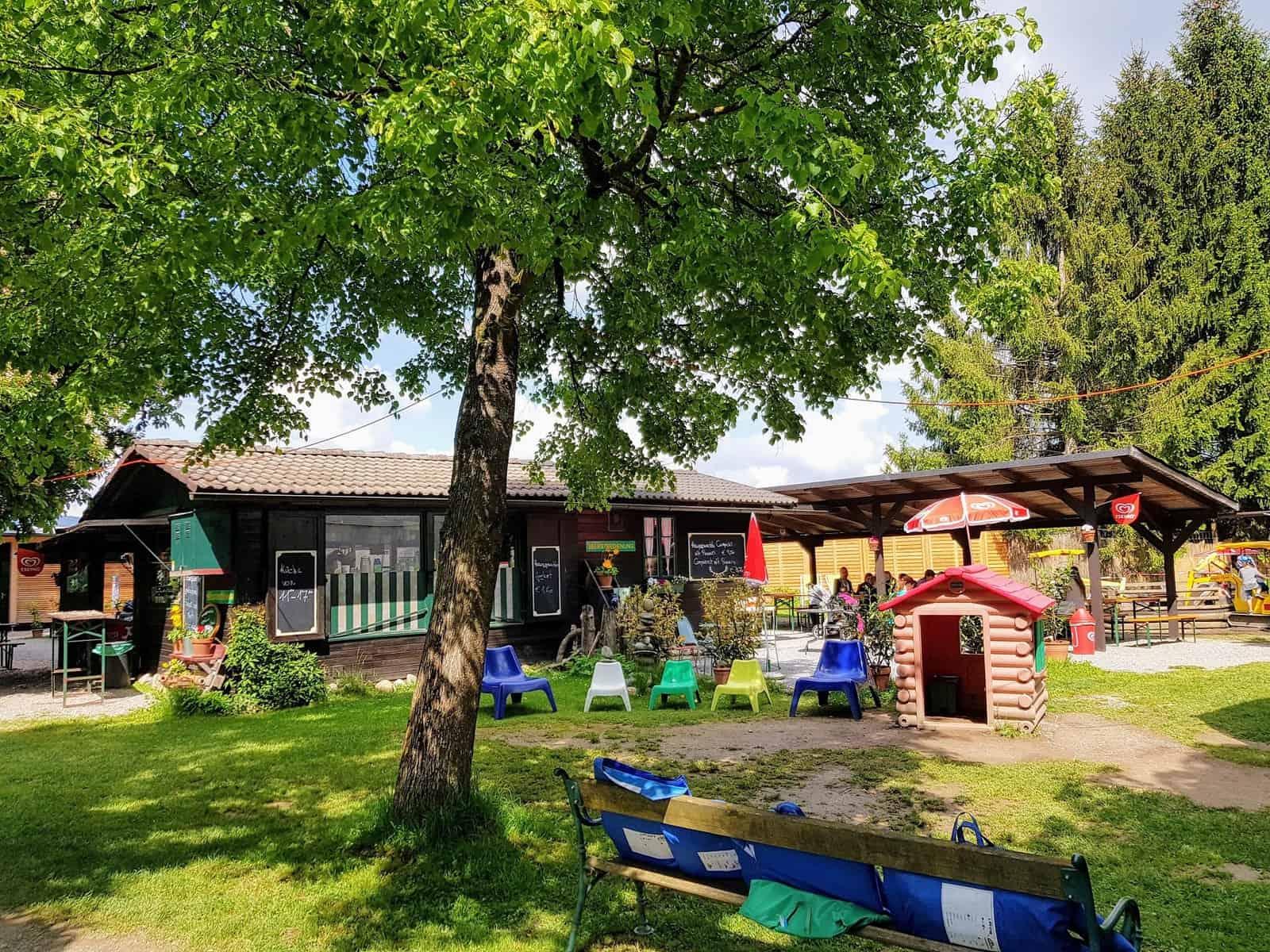 Buffet & Kinderspielplatz neben Streichelzoo im Tierpark Rosegg, beliebtes Ausflugsziel für Familien in Kärnten, Österreich